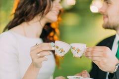 Stilvolle junge Paare, die Teezeit im grünen Garten genießen stockfotos