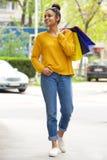 Stilvolle junge schwarze Dame mit Einkaufstaschen Stockbild
