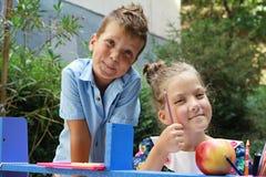 Stilvolle Junge und Mädchen playng Schule draußen Bildung und Kindermodekonzept Stockfoto