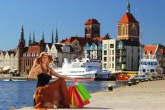 Stilvolle Käuferfrau in der alten Stadt Gdansk Stockbild
