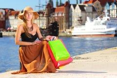 Stilvolle Käuferfrau in der alten Stadt Gdansk Lizenzfreie Stockfotografie