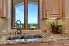 Stilvolle Küchefensteransicht Stockfotografie