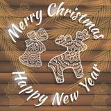 Stilvolle Karte für Glückwünsche auf Weihnachten und neuem Jahr Auf hölzerner Beschaffenheit Lizenzfreies Stockbild