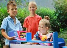 Stilvolle Kinder, die Schule spielen Im Freienfoto Bildung und Kindermode conc Lizenzfreie Stockfotografie