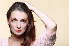 Stilvolle kreative der Herbstfrau bilden Peitschen des falschen Auges Stockfotografie
