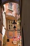 Stilvolle Laternen auf sehr Altbauten nahe schwedischem Quadrat in Wien Stockfotos