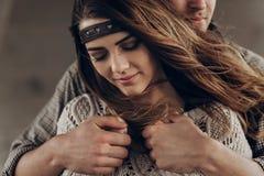 Stilvolle leicht umarmende Hippie-Paare Mann im Hut boh umfassend Stockbild