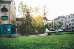 Stilvolle, liebevolle Paare, die am Park genießen Stockfotografie