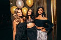 Stilvolle Mädchen im Nachtklub lizenzfreie stockbilder