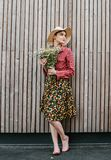 Stilvolle Mädchenstellung mit Blumen Schönheit nahe einer hölzernen Wand Fr?hlingsart Dieses Bild hat Freigabe befestigt Romantis lizenzfreies stockbild