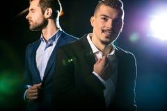 Stilvolle Männer in den Klagen lizenzfreies stockfoto