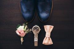 Stilvolle Männer ` s Schuhe auf einem dunklen Holztisch Lizenzfreies Stockfoto