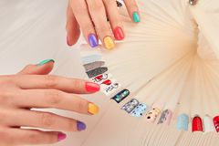Stilvolle Maniküre- und Nagelkunstproben stockfoto