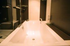 Stilvolle moderne Badewanne stockfotografie