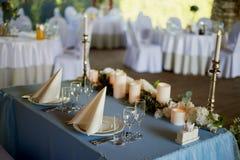 Stilvolle, moderne Hochzeitsbogenzeremonie verziert mit den Blauen und des Weiß verschiedenen Blumen Blumenauslegung? Hintergrund Stockfoto