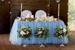 Stilvolle, moderne Hochzeitsbogenzeremonie verziert mit den Blauen und des Weiß verschiedenen Blumen Blumenauslegung? Hintergrund Lizenzfreies Stockfoto