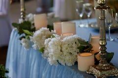 Stilvolle, moderne Hochzeitsbogenzeremonie verziert mit den Blauen und des Weiß verschiedenen Blumen Blumenauslegung? Hintergrund Lizenzfreie Stockfotografie