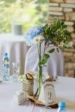 Stilvolle, moderne Hochzeitsbogenzeremonie verziert mit den Blauen und des Weiß verschiedenen Blumen Blumenauslegung? Hintergrund Stockbilder