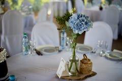 Stilvolle, moderne Hochzeitsbogenzeremonie verziert mit den Blauen und des Weiß verschiedenen Blumen Blumenauslegung? Hintergrund Lizenzfreie Stockbilder