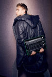 Stilvolle modische Partei hübscher sexy Mannsänger DJ-Kopfhörer Stockfoto