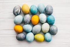 Stilvolle Ostereier auf weißem hölzernem Hintergrund, flache Lage Moderne Ostereier gemalt mit natürlicher Färbung im blauen, gra stockfotos