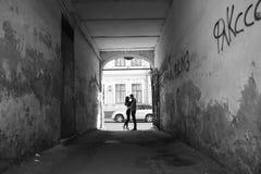 Stilvolle Paare auf den Straßen Stockfotos