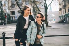 Stilvolle Paare auf den Straßen Lizenzfreie Stockfotografie