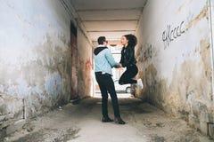 Stilvolle Paare auf den Straßen Stockfoto