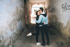 Stilvolle Paare auf den Straßen Lizenzfreies Stockfoto