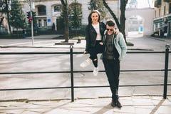 Stilvolle Paare auf den Straßen Lizenzfreies Stockbild