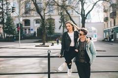Stilvolle Paare auf den Straßen Stockbild