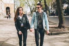 Stilvolle Paare auf den Straßen Stockfotografie