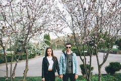 Stilvolle Paare auf den Straßen Lizenzfreie Stockbilder