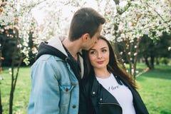 Stilvolle Paare auf den Straßen Stockbilder