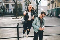 Stilvolle Paare auf den Straßen, die Kaffee trinken Lizenzfreies Stockfoto
