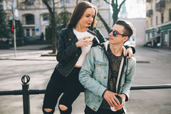 Stilvolle Paare auf den Straßen, die Kaffee trinken Lizenzfreie Stockfotos