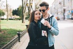 Stilvolle Paare auf den Straßen, die Kaffee trinken Stockfotografie