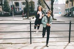 Stilvolle Paare auf den Straßen, die Kaffee trinken Lizenzfreies Stockbild