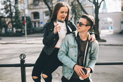 Stilvolle Paare auf den Straßen, die Kaffee trinken Stockfotos