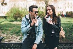 Stilvolle Paare auf den Straßen, die Kaffee trinken Lizenzfreie Stockbilder