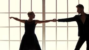 Stilvolle Paare in den schwarzen Anzügen, die in Studio tanzen stock video