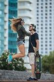 Stilvolle Paare in der Stadt Stockfotos