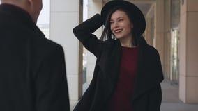 Stilvolle Paare, die Spaß in der Stadt haben stock video