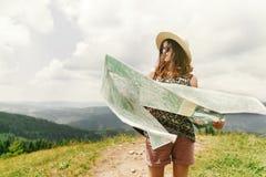 Stilvolle Reisendhippie-Frau mit Sonnenbrillehut und windigem ha Stockfotografie