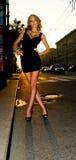 Stilvolle reizvolle Stadtfrau Stockfoto