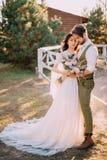 Stilvolle romantische Paare, die auf Ranch stehen und umarmen lizenzfreie stockfotos