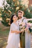 Stilvolle romantische Paare, die auf Ranch stehen und umarmen stockfoto