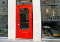 Stilvolle rote Tür im Stadtcafé stockfotografie