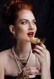 Stilvolle Rothaarigefrau der Schönheit mit der Frisur und der Maniküre tragendem Schmuckperlenabschluß oben stockfoto