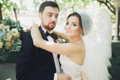 Stilvolle schöne Paare von glücklichen Jungvermählten an ihrem Hochzeitstag, Abschluss herauf Porträt stockfoto